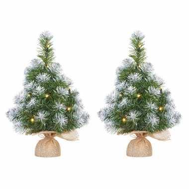 2x stuks mini kunst kerstboom/kunstbomen in jute zak met verlichting en sneeuw 45 cm